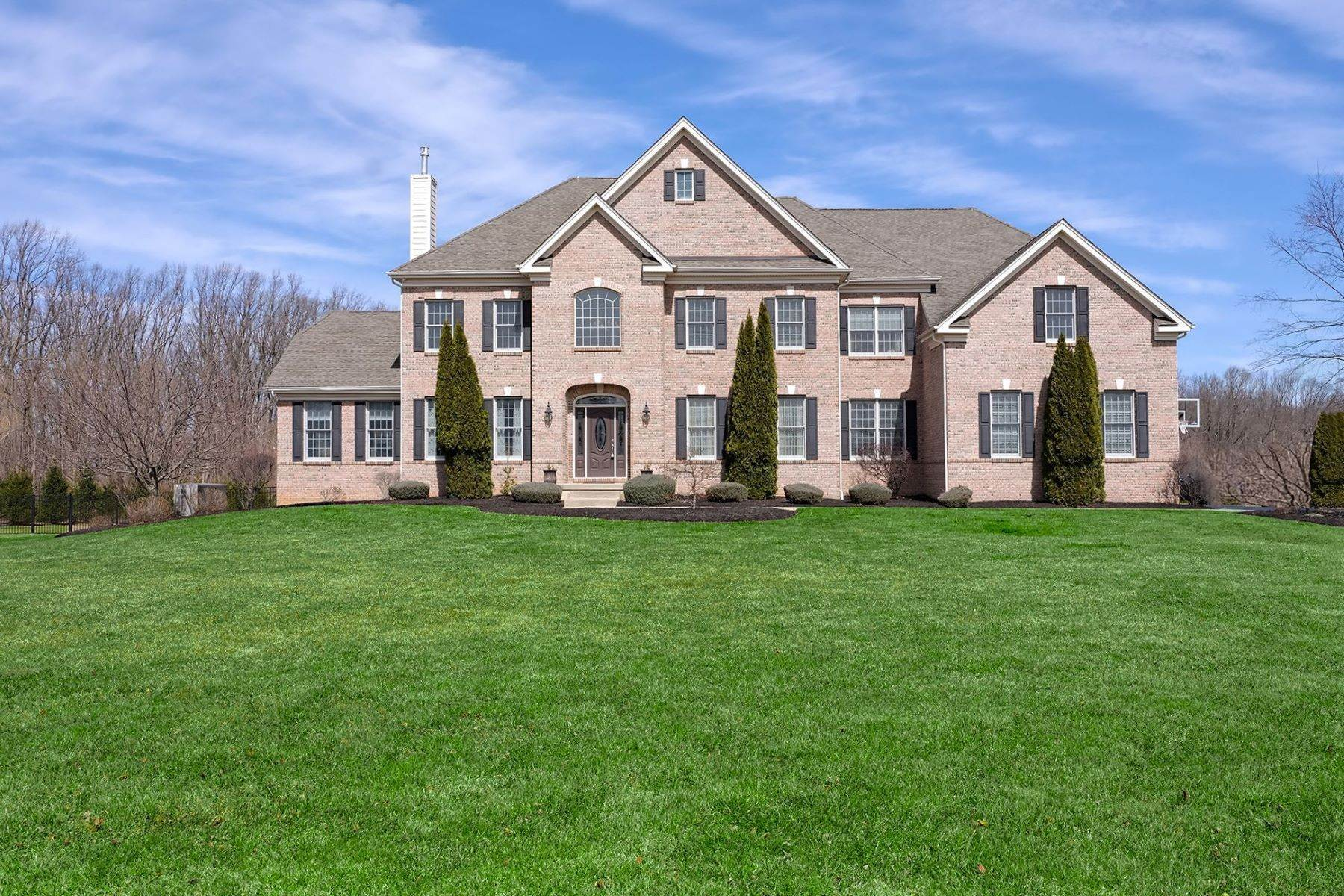 Single Family Homes pour l Vente à Soaring Spaces and Pool Views Wow All Who Enter 382 Old York Road Hamilton, New Jersey 08620 États-Unis